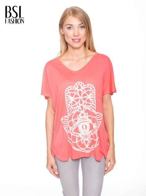 Jasnoczerwony t-shirt z ornamentowym nadrukiem