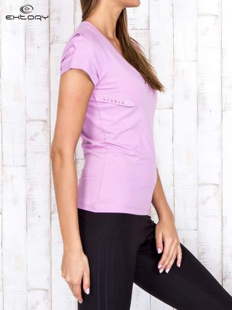 Jasnofioletowy gładki t-shirt modelujący w sportowym stylu                                  zdj.                                  3