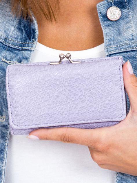 Jasnofioletowy portfel z zapięciem na bigiel