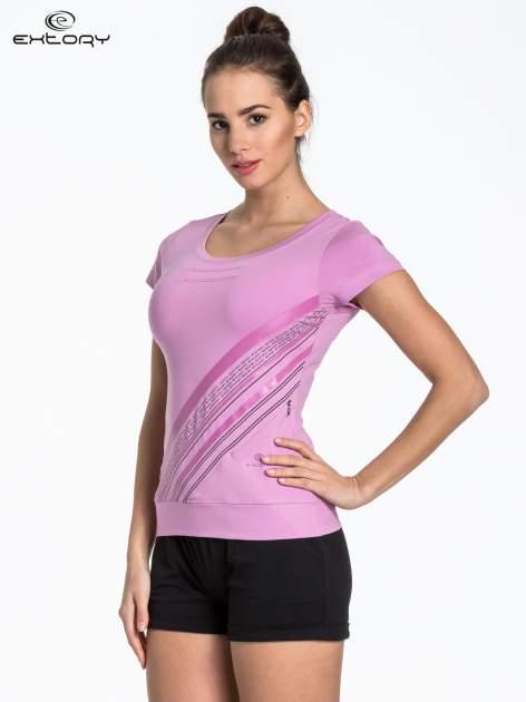 Jasnofioletowy sportowy t-shirt z ukośnym nadrukiem                                   zdj.                                  3