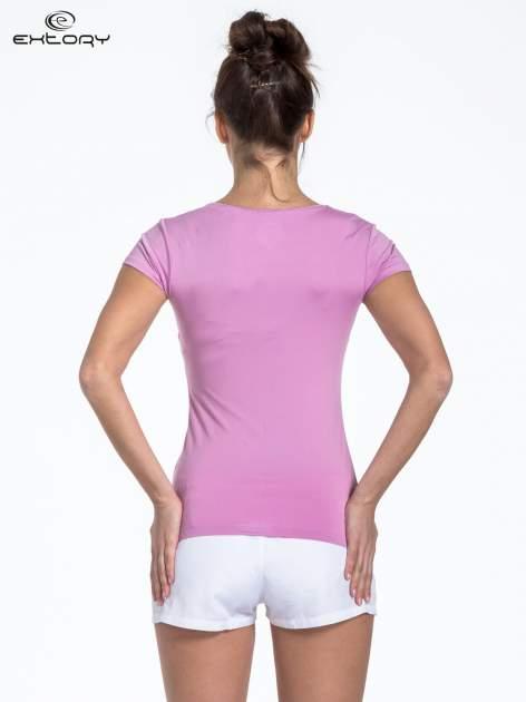 Jasnofioletowy t-shirt sportowy basic z dekoltem U                                  zdj.                                  3