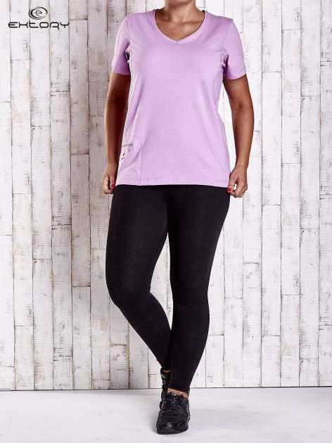 Jasnofioletowy t-shirt z kieszonką i dłuższym tyłem PLUS SIZE                                  zdj.                                  4