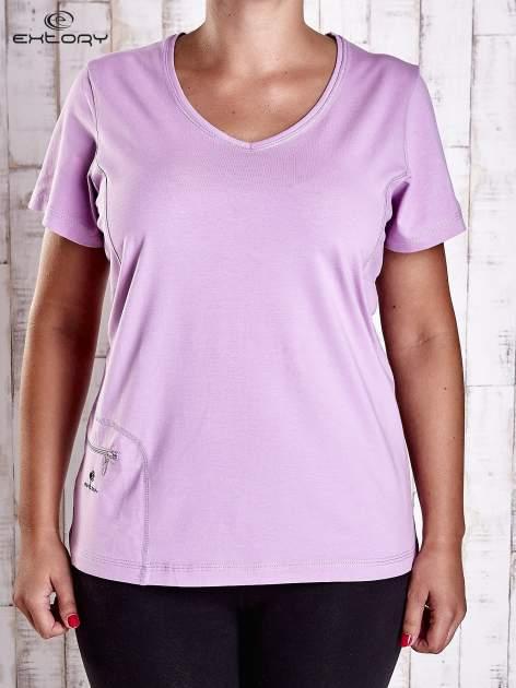 Jasnofioletowy t-shirt z kieszonką i dłuższym tyłem PLUS SIZE                                  zdj.                                  1