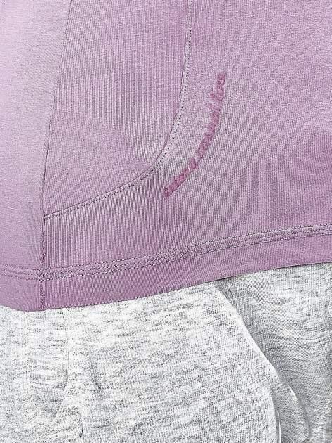 Jasnofioletowy t-shirt z trójkątnym dekoltem                                  zdj.                                  7
