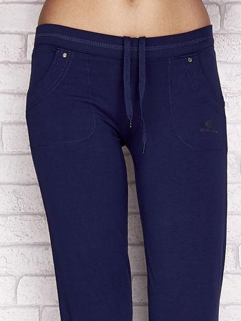 Jasnogranatowe spodnie dresowe capri z tylną kieszonką                                  zdj.                                  4