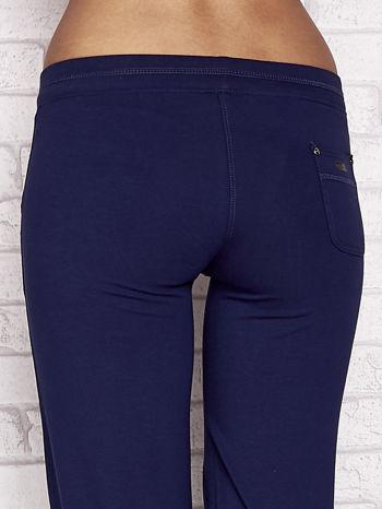 Jasnogranatowe spodnie dresowe capri z tylną kieszonką                                  zdj.                                  6