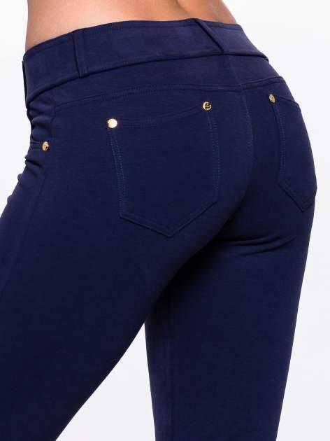 Jasnogranatowe spodnie dresowe ze złotymi napami                                  zdj.                                  6