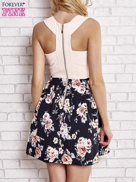 Jasnokoralowa sukienka z kwiatowym dołem i z suwakiem z tyłu                                  zdj.                                  4