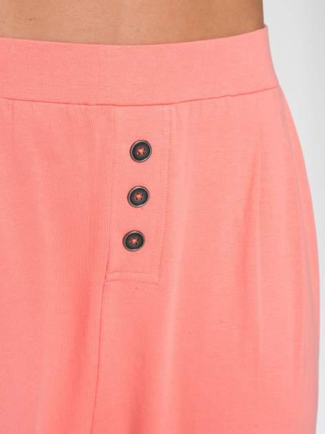 Jasnokoralowe spodnie dresowe typu baggy z guziczkami                                  zdj.                                  6