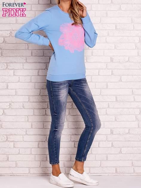 Jasnoniebieska bluza z kolorowym nadrukiem                                  zdj.                                  4
