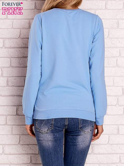 Jasnoniebieska bluza z kolorowym nadrukiem                                  zdj.                                  2