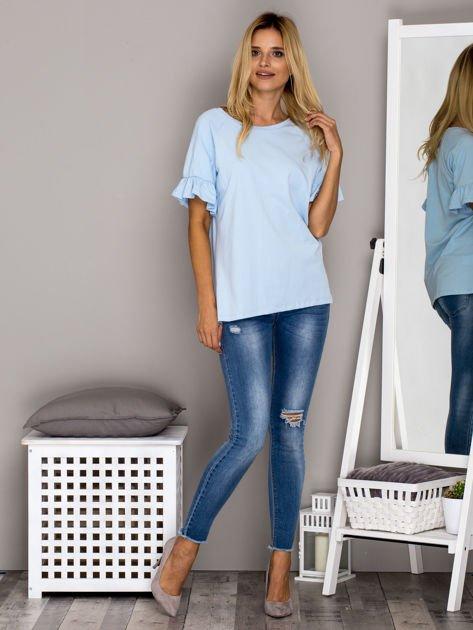 Jasnoniebieska bluzka z falbanami na rękawach                              zdj.                              4