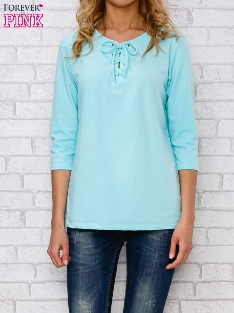 Jasnoniebieska bluzka ze sznurowanym dekoltem                                  zdj.                                  1