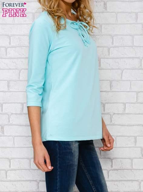 Jasnoniebieska bluzka ze sznurowanym dekoltem                                  zdj.                                  3
