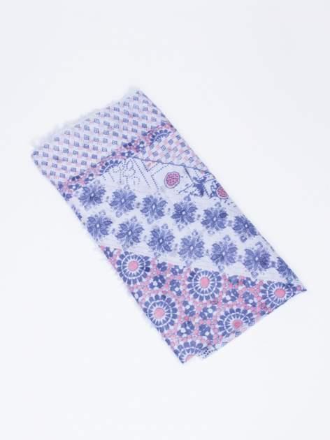 Jasnoniebieska chustka w aztecki wzór i kwiatki z frędzlami                                  zdj.                                  3