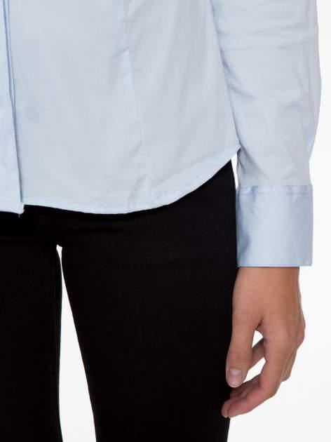 Jasnoniebieska elegancka koszula z marszczeniem przy dekolcie                                  zdj.                                  6
