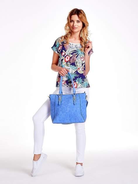 Jasnoniebieska fakturowana torba z odpinanym paskiem                                  zdj.                                  2