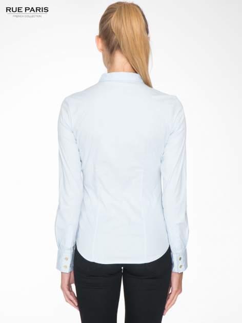 Jasnoniebieska koszula damska odcinana pod biustem z marszczeniem                                  zdj.                                  4