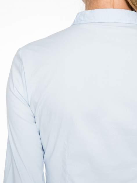 Jasnoniebieska koszula damska odcinana pod biustem z marszczeniem                                  zdj.                                  8