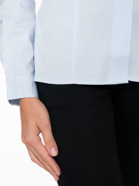 Jasnoniebieska koszula damska z ozdobną listwą                                  zdj.                                  7