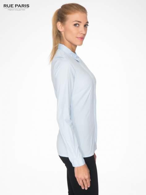 Jasnoniebieska koszula damska z ozdobną listwą                                  zdj.                                  3