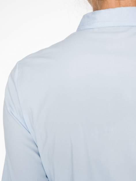 Jasnoniebieska koszula damska z ozdobną listwą                                  zdj.                                  8