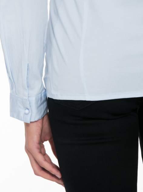 Jasnoniebieska koszula damska z ozdobną listwą                                  zdj.                                  9