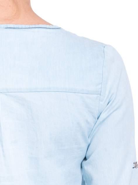 Jasnoniebieska koszula jeansowa z dekoltem w serek                                  zdj.                                  9
