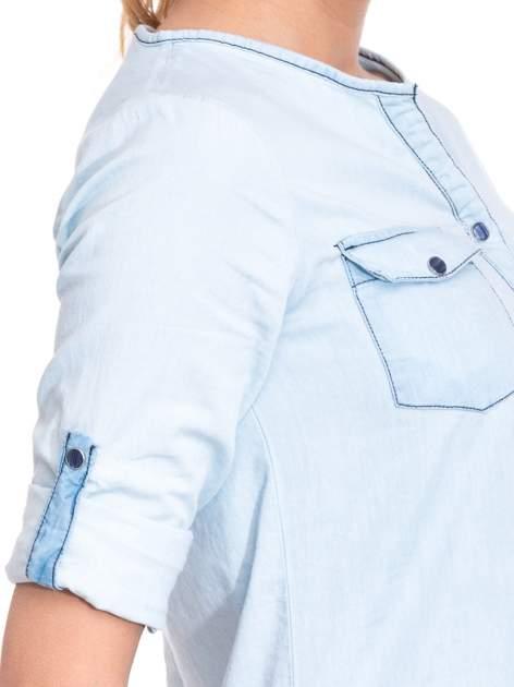 Jasnoniebieska koszula jeansowa z dekoltem w serek                                  zdj.                                  6