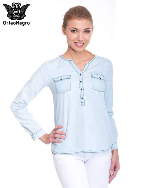 Jasnoniebieska koszula jeansowa z dekoltem w serek                                  zdj.                                  1