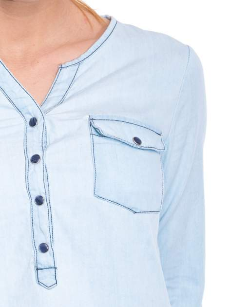 Jasnoniebieska koszula jeansowa z dekoltem w serek                                  zdj.                                  7