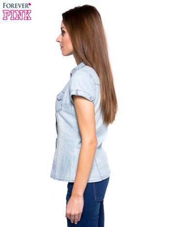 Jasnoniebieska koszula jeansowa z przetarciami na krótki rękaw                                   zdj.                                  3