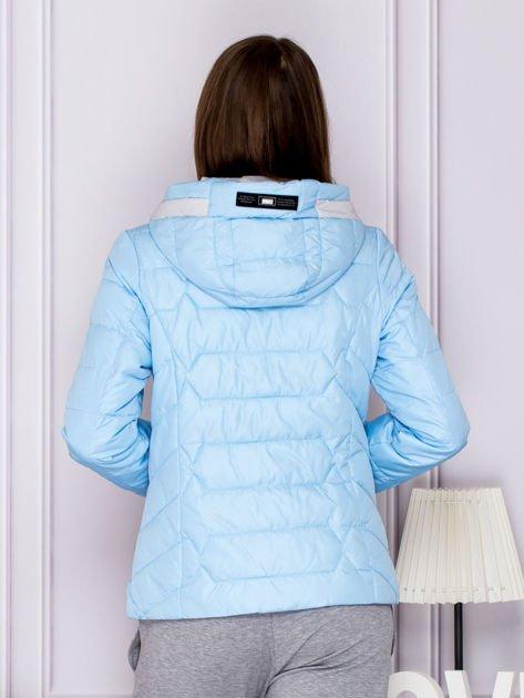 Jasnoniebieska pikowana kurtka przejściowa z ozdobnymi suwakami                              zdj.                              2