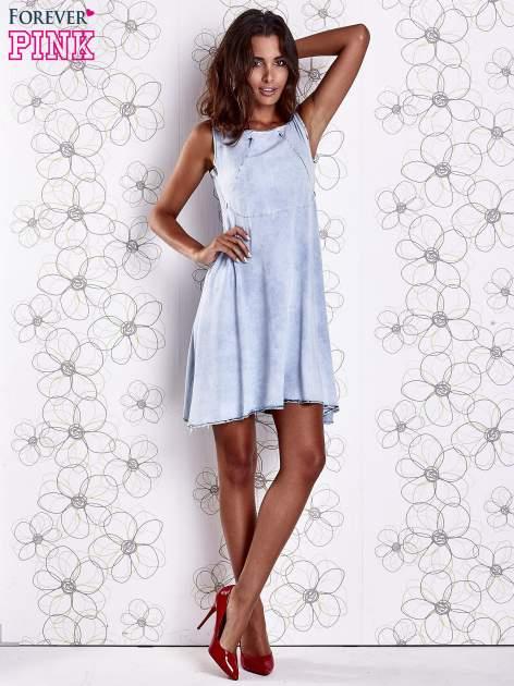 Jasnoniebieska rozkloszowana dekatyzowana sukienka                                  zdj.                                  4
