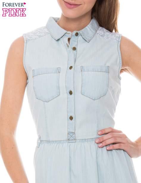 Jasnoniebieska rozkloszowana sukienka jeansowa z koronkowymi wstawkami                                  zdj.                                  3