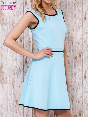 Jasnoniebieska sukienka skater z satynową lamówką                                  zdj.                                  3