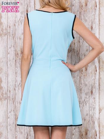 Jasnoniebieska sukienka skater z satynową lamówką                                  zdj.                                  4