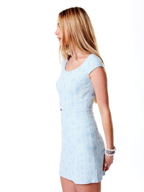 Jasnoniebieska sukienka w wypukły deseń                              zdj.                              3