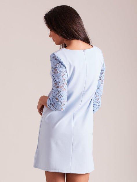 Jasnoniebieska sukienka z koronkowymi rękawami PLUS SIZE                              zdj.                              3