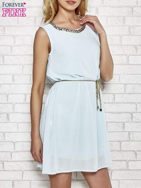Jasnoniebieska sukienka ze złotym łańcuszkiem przy dekolcie                                  zdj.                                  3
