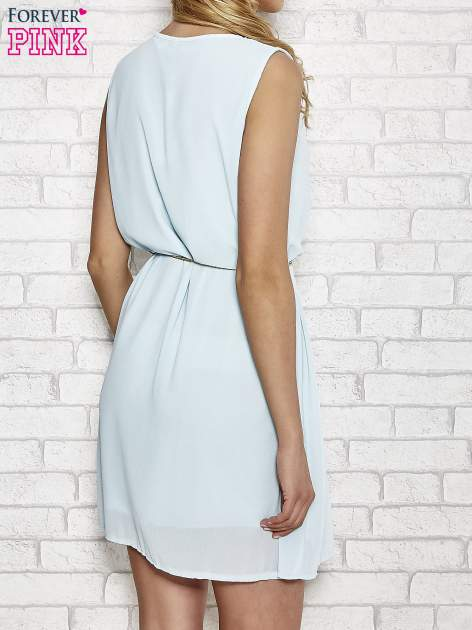 Jasnoniebieska sukienka ze złotym łańcuszkiem przy dekolcie                                  zdj.                                  4