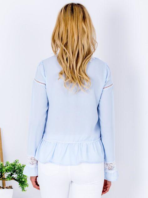 Jasnoniebieska szyfonowa bluzka z koronkowymi wstawkami                                  zdj.                                  2