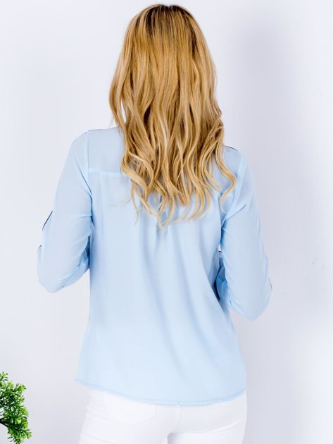 Jasnoniebieska szyfonowa koszula z ciemną lamówką                                  zdj.                                  2