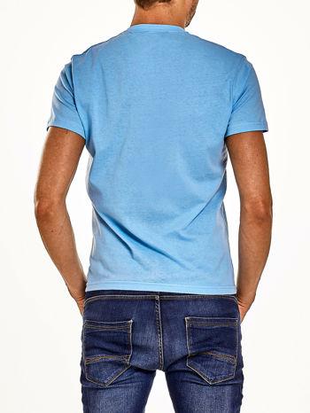 Jasnoniebieski t-shirt męski z nadrukiem czaszki i napisami                                  zdj.                                  2