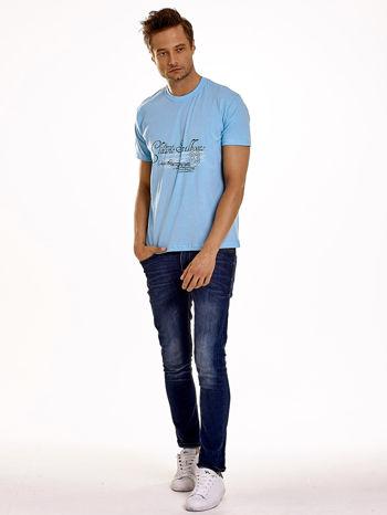 Jasnoniebieski t-shirt męski z napisami i liczbą 83                                  zdj.                                  4