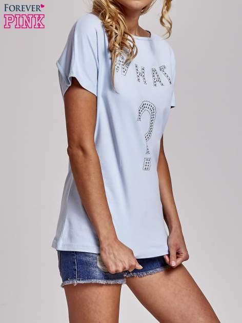 Jasnoniebieski t-shirt z aplikacją z dżetów WHAT?                                  zdj.                                  3