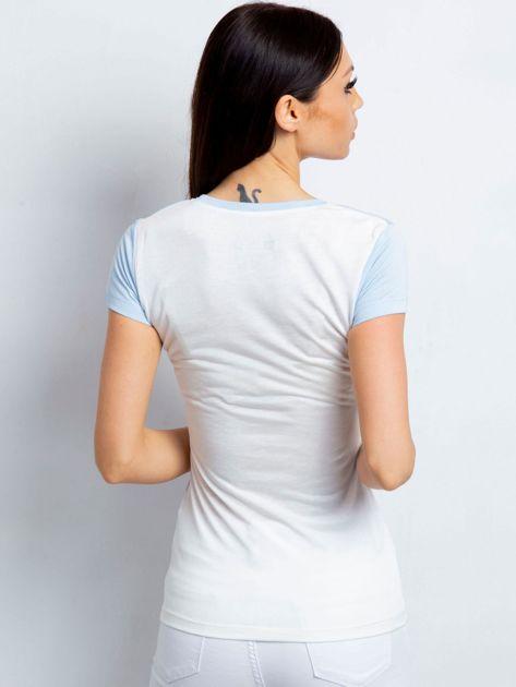 Jasnoniebieski t-shirt z kwiatowym nadrukiem                              zdj.                              2