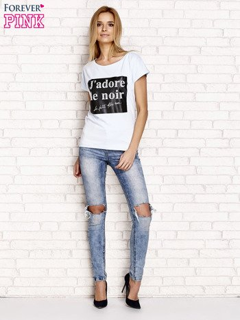 Jasnoniebieski t-shirt z napisem J'ADORE LE NOIR                                  zdj.                                  2