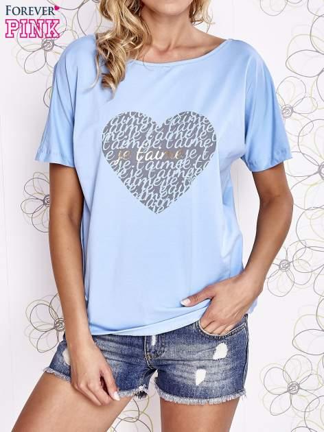 Jasnoniebieski t-shirt z napisem JE T'AIME i dekoltem na plecach                                  zdj.                                  1