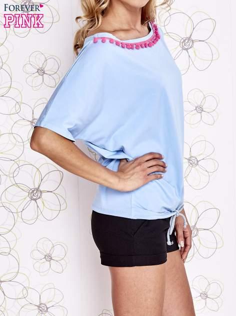 Jasnoniebieski t-shirt z różowymi pomponikami przy dekolcie                                  zdj.                                  3
